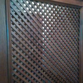 Деревянная декоративная решетка в интерьере